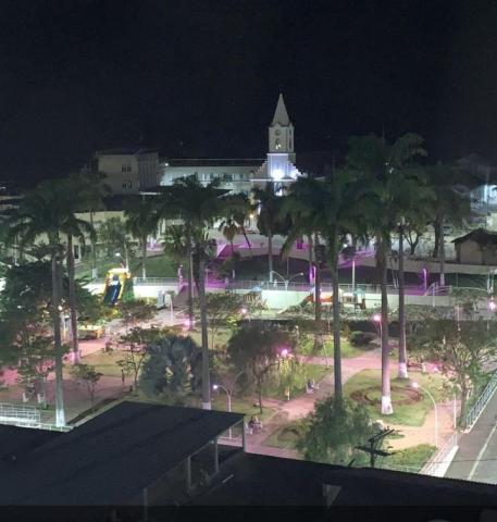 A praça de Miradouro (MG) ganhou iluminação especial para despertar conscientização durante o Outubro Rosa