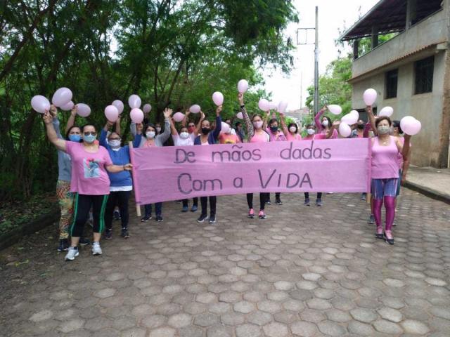 """Em Ubá (MG), caminhada guiada com o título """"De mãos dadas pela Vida"""", durante a campanha do Outubro Rosa"""
