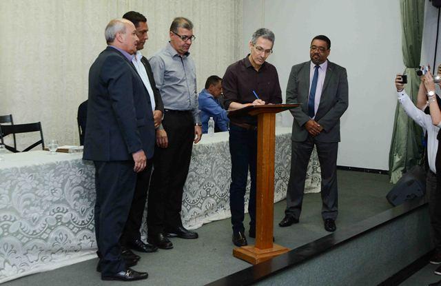 Assinatura do termo de compromisso para participação de todos os municípios da região (Crédito: Gil Leonardi | Imprensa MG)